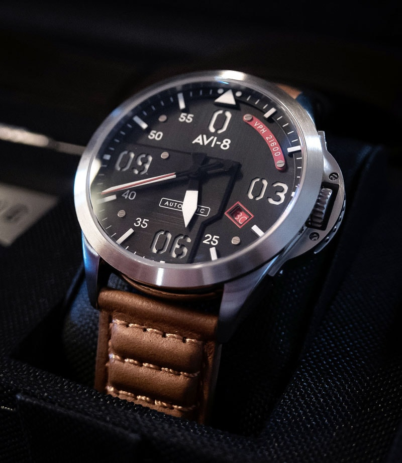 """The AV-4069-01 edition has red detailing of the second hand, calendar window and """"VPH 21600"""" label and the movement of the second hand is in a smooth sweeping motion."""