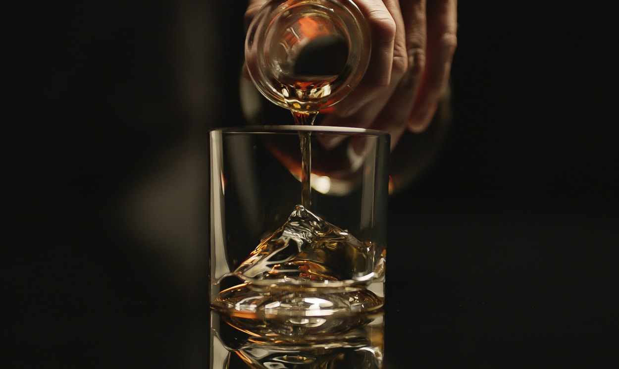 Self cooling whiskey glass